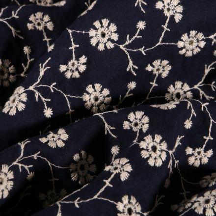 Tissu Coton Brodé ajouré Fleurs blanches sur fond Bleu marine - Par 10 cm