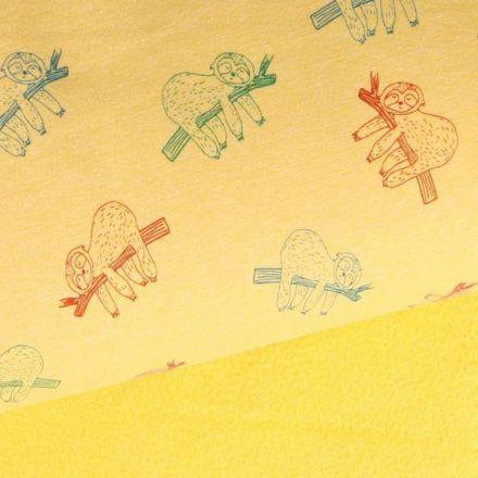Tissu Sweat  envers minky Paresseux  multicolore sur sa branche sur fond Jaune chiné - Par 10 cm
