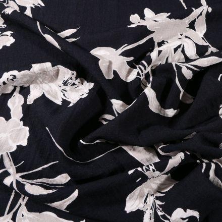 Tissu Viscose texturé Feuilles grises et blanches sur fond Bleu marine - Par 10 cm