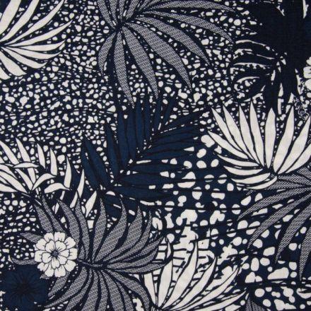 Tissu Viscose toucher crêpe imprimé  Feuilles de palmier blanches  et bleues sur fond Bleu marine - Par 10 cm