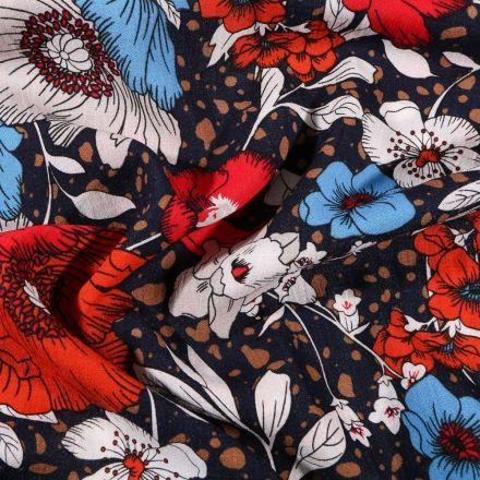 Tissu Viscose texturé Fleurs rouges blanches et bleues sur fond Bleu marine - Par 10 cm