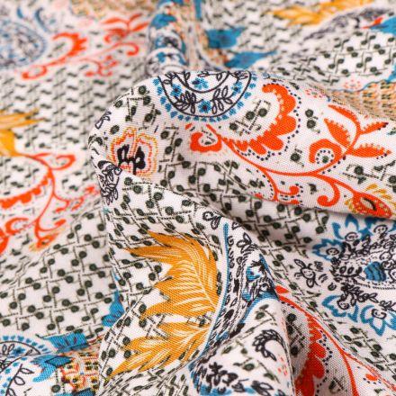 Tissu Viscose légère motif cachemire coloré sur fond Blanc