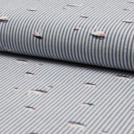 Tissu Seersucker Cygnes Blancs et rouges sur fond Rayé bleu marine et blanc - Par 10 cm