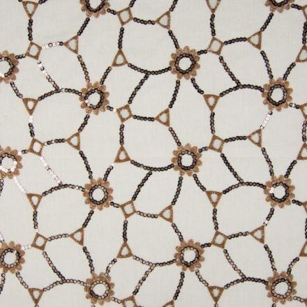 Tissu Voile de coton Fleurs camel brodées de sequins argentés reliées sur fond Blanc - Par 10 cm