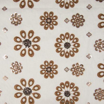 Tissu Voile de coton Fleurs camel brodées de sequins argentés sur fond Blanc - Par 10 cm