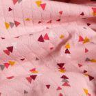 Tissu Sweat matelassé léger Triangles multicolores sur fond Rose - Par 10 cm