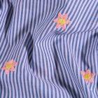 Tissu coton Brodé Fleurs rose et jaune et rayures bleu denim sur fond Blanc - Par 10 cm