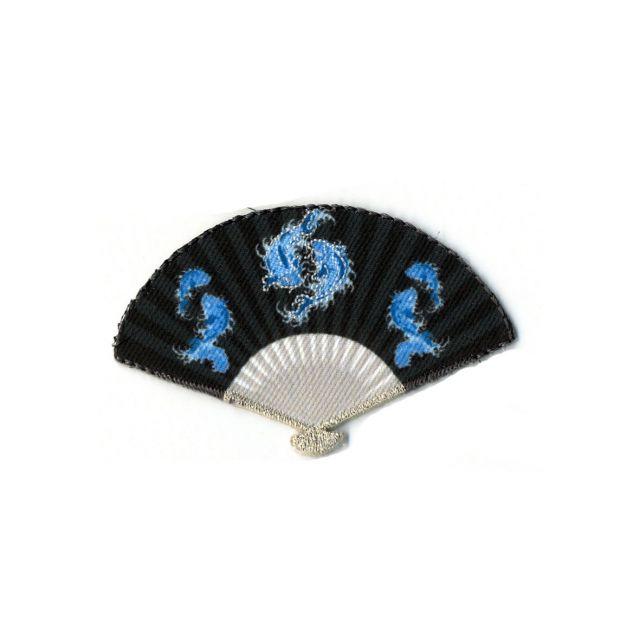 Ecusson Thermocollant Eventail Chinois avec Poissons Entrelacés Bleus sur fond Gris Noir.