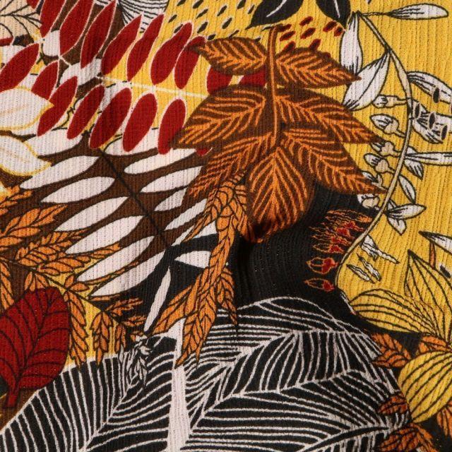 Tissu Crêpe georgette Feuilles rouges jaunes sur fond Noir - Par 10 cm