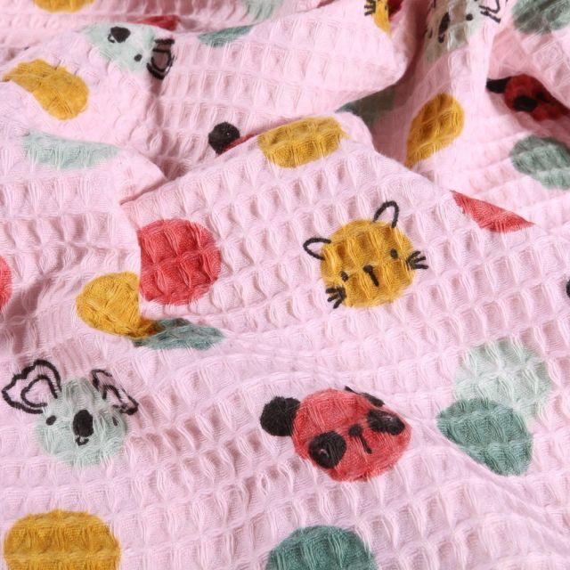 Tissu Nid d'abeille imprimé Couronnes de fleurs et animaux sur fond Rose - Par 10 cm