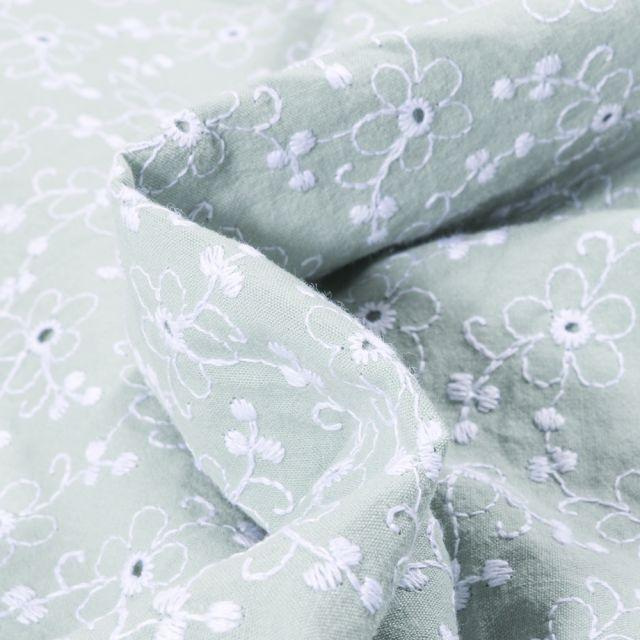 Tissu Coton lavé Brodé Fleuris sur fond Vert d'eau
