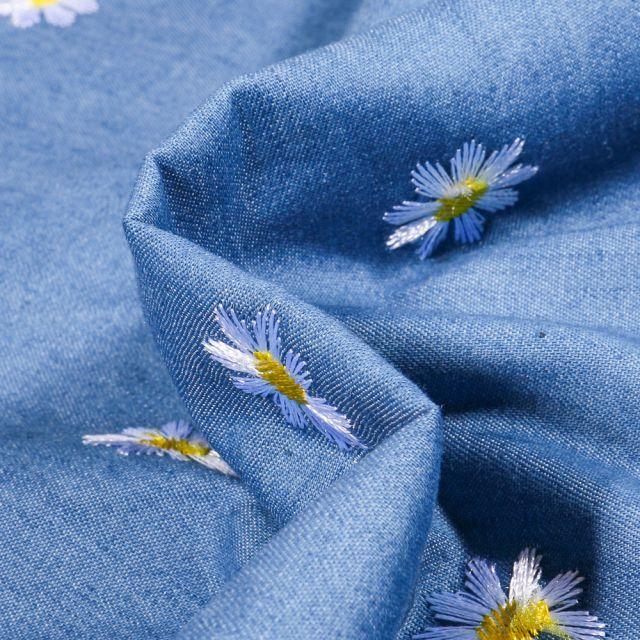 Tissu Chambray brodé Marguerite sur fond Bleu denim