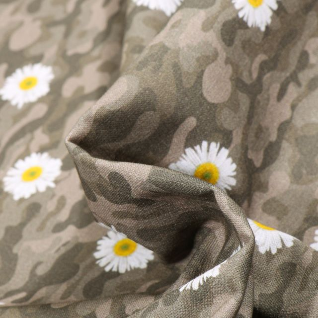 Tissu Coton MC Fabrics Pâquerettes et camouflage sur fond Vert kaki foncé