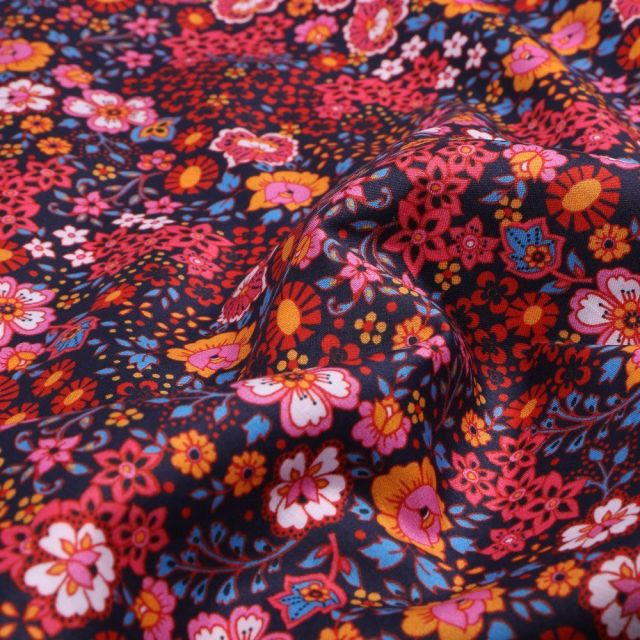 Tissu Coton Dashwood Studio Ace Lawn Fleuri rouge sur fond Bleu marine - Par 10 cm