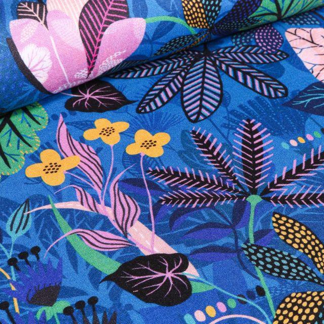 Tissu Viscose Dashwood Studio Végétations tropical sur fond Bleu roi