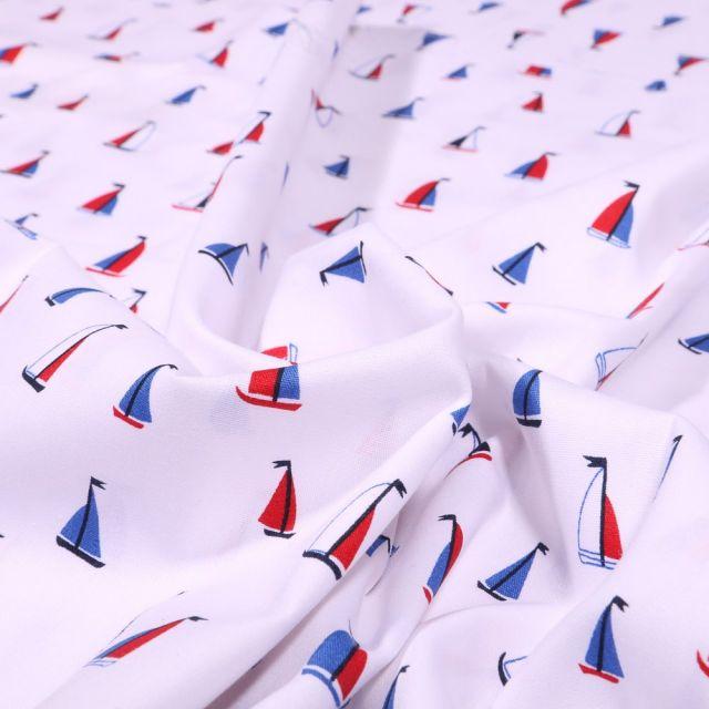 Tissu Coton imprimé Petits voiliers rouges et bleus sur fond Blanc - Par 10 cm