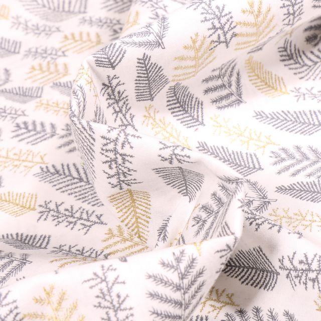 Tissu Coton imprimé Feuilles de sapins dorées et blanches sur fond Blanc