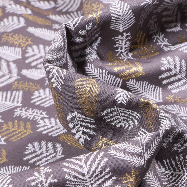 Tissu Coton imprimé Feuilles de sapins dorées et blanches sur fond Gris foncé