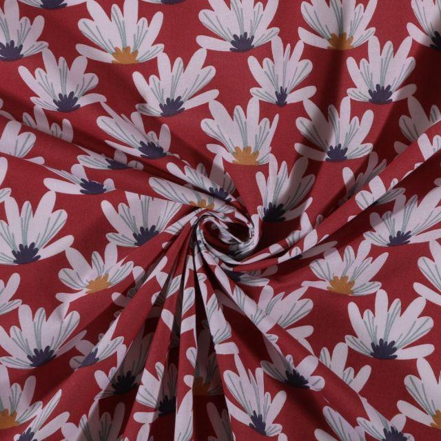 Tissu Coton imprimé Fleurs blanches ocre et bleu marine sur fond Rouge - Par 10 cm
