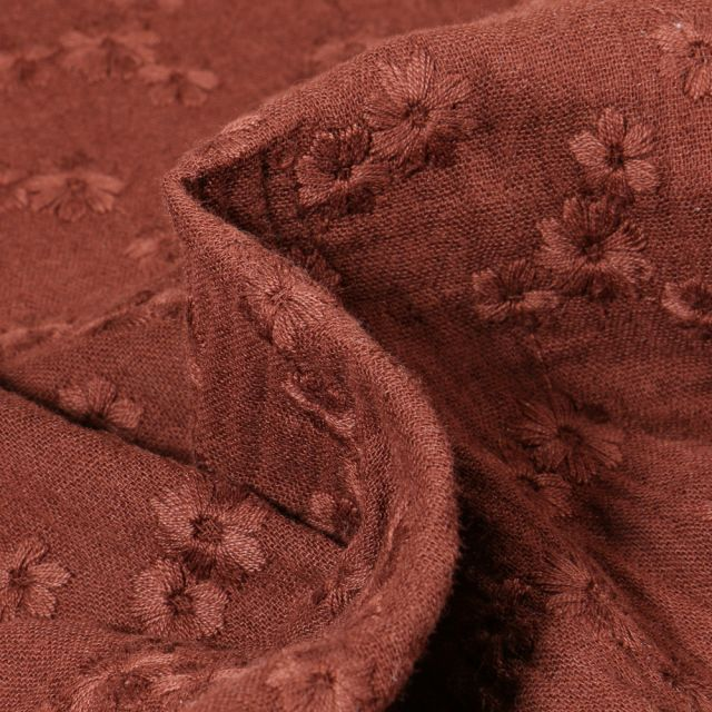 Tissu Double gaze Brodée Esmée sur fond Marron chocolat