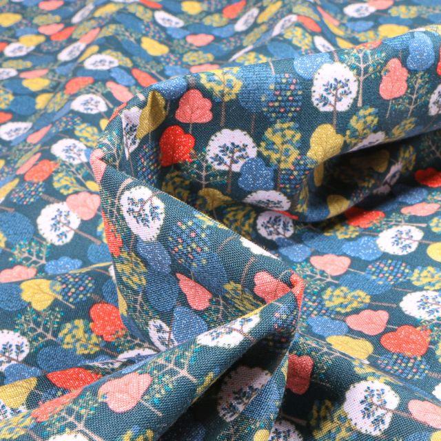 Tissu Coton imprimé QT Fabrics Arbres sur fond Bleu pétrole