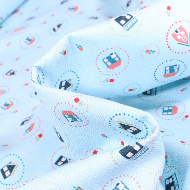 Tissu Coton imprimé QT Fabrics Maisonettes sur fond Bleu ciel