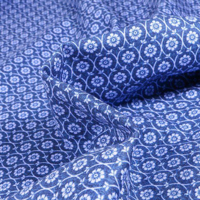 Tissu Coton imprimé QT Fabrics Ines sur fond Bleu