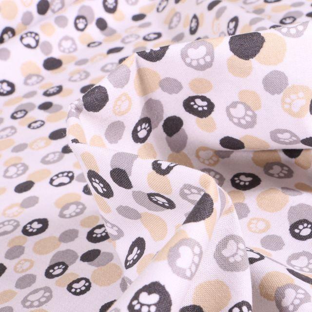 Tissu Coton imprimé QT Fabrics Pattes de chiens beige sur fond Blanc