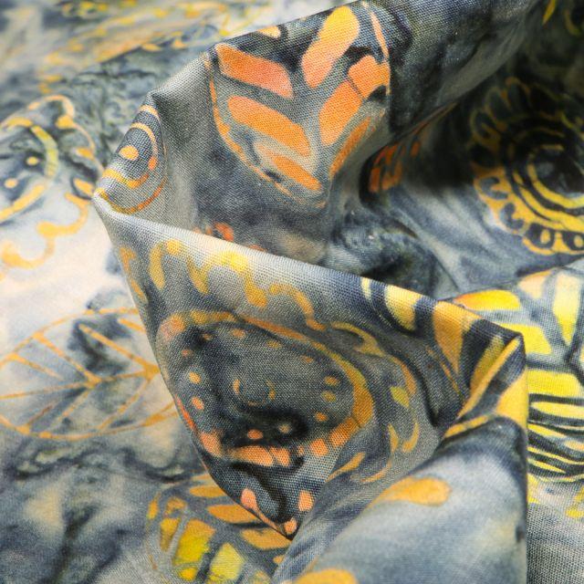 Tissu Coton QT Fabrics Way Under Jihan sur fond Bleu gris