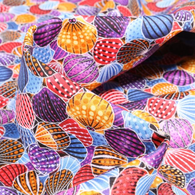 Tissu Coton QT Fabrics  Way Under Ayush sur fond Rouge