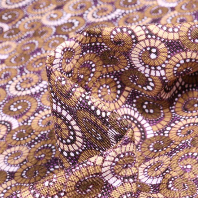 Tissu Coton QT Fabrics Way Under Sutan sur fond Marron