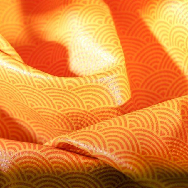 Simili cuir d'ameublement Eventails oranges sur fond Jaune curry - Par 50 cm