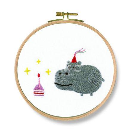 Kit Broderie DMC Joyeux anniversaire Hippopotame 18,5 cm